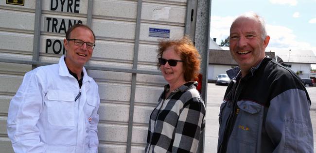 De to første grisene er lastet på bilen og på vei til HK Scan i Sverige. Fra venstre Karl Kristian Kongsted, Berit og Kjell Bjørneg.