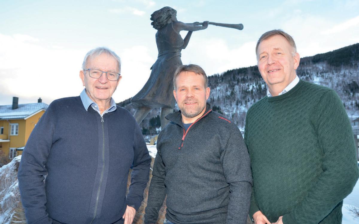 Noralv Espeland, Terje Jonny Sveen og Terje Wester foran selveste Prillarguri, selve monumentet over Ottas evne til overlevelse.